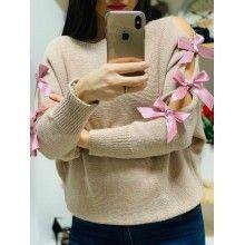 Pulover tricotat cu fundițe aplicate pe mâneci roz